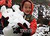 Trẻ em Ý Tý thích thú chơi đùa với tuyết
