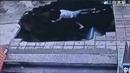 Hố tử thần nuốt 4 người đi đường tại trạm xe buýt