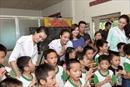 Hoa hậu Phạm Hương giản dị đi làm từ thiện