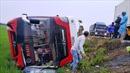 Xe khách lao xuống ruộng, hơn 10 người thương vong