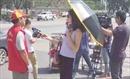 Phóng viên bị cho nghỉ việc vì đeo kính râm, che ô đi phỏng vấn