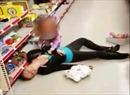 Mẹ sốc ma túy sõng xoài trong siêu thị Mỹ mặc con thơ khóc ròng