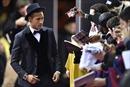 Neymar đá hộp giấy, hạ gục cướp có súng