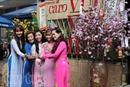 Giới trẻ xúng xính áo dài chụp hình Tết