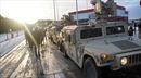 Xe tải quân sự Mỹ lật, rơi vỏ xe tăng xuống đường Ba Lan