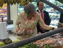 Phu nhân Thủ tướng Lý Hiển Long bình dị đi mua trái cây tại Co.opXtra