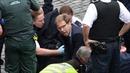 Nghị sĩ Anh dũng cảm cứu cảnh sát bị khủng bố đâm gục