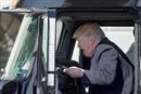 Tổng thống Trump hớn hở bấm còi, giả vờ lái xe tải