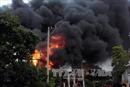 Nhà dân sát đường bốc cháy nghi ngút, giao thông ách tắc hơn 2 giờ liền