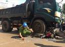 Tránh chó chạy rông, hai vợ chồng bị xe tải cán tử vong