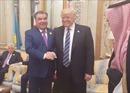 Tổng thống Donald Trump đã có 'đối thủ' trong màn bắt tay 'kéo giật'