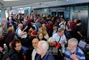Hàng nghìn hành khách hỗn loạn tại 2 sân bay lớn nhất Anh