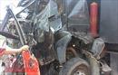 Dừng chờ đèn đỏ, xe Mercedes bị xe tải ủi dính chặt vào đầu xe container