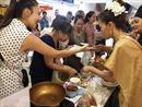 Chen nhau thử ẩm thực Thái tại lễ hội hàng Thái Lan