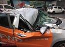Cây đổ đè ô tô bẹp dúm trong cơn mưa lớn, một người bị thương