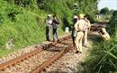 Phóng qua đường sắt, một phụ nữ bị tàu hỏa kéo lê hàng chục mét và tử vong