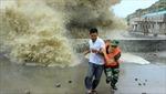 Sóng cực lớn tấn công bờ biển Trung Quốc