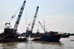 Lật xà lan tại cảng, một người mất tích