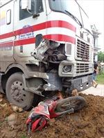 Xe container đâm xe máy, 2 người tử vong