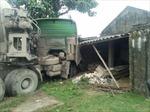 Xe tải lao sập nhà dân giữa đêm, 5 người thoát chết
