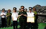 Tặng huy hiệu 'Tuổi trẻ dũng cảm' cho thuyền trưởng tàu Cảnh sát biển