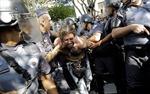 Bạo lực bùng nổ ngoài sân cỏ Brazil
