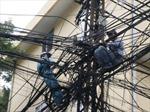Hà Nội xử lý dây, cáp chằng chịt các cột điện