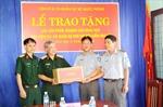 Tặng khẩu phần ăn dạng tuýp cho kiểm ngư Việt Nam