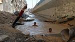 Trẻ em Syria phải tắm trong hố bom