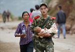Binh sĩ Trung Quốc khẩn trương cứu nạn nhân động đất