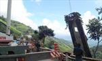 Hoàn tất cẩu kéo ô tô lao vực lên mặt đường