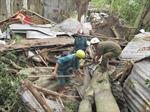 Hàng chục ngôi nhà đổ sập vì giông lốc