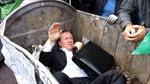 Nghị sĩ Ukraine bị người biểu tình ném vào thùng rác