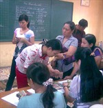Một trường tiểu học phải trả lại tiền 'phụ huynh thu hộ'