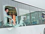 Xe khách liên tiếp bị ném đá trên quốc lộ 14