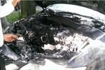 Xe ô tô biển xanh bốc cháy ngùn ngụt trên đường