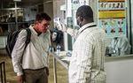 Anh soi chiếu khách nhập cảnh để chặn Ebola
