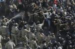 Hỗn chiến trước tòa nhà Quốc hội tại Kiev