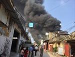 Đang cháy lớn tại xưởng gỗ gần Ga Giáp Bát, Hà Nội