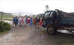 Dân tự lập gác chắn vì xe tải cày nát đường