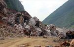 Hàng trăm m3 đá đổ sập, 7 người thoát chết kỳ diệu