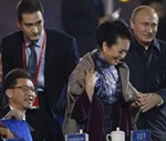 Ông Putin khoác áo cho đệ nhất phu nhân Trung Quốc