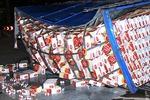Lật xe tải, hàng trăm thùng bia văng dưới chân cầu Sài Gòn