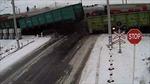 Hãi hùng cảnh hai tàu hỏa xé toạc xe tải