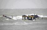 Cứu hộ hai cha con trên tàu cá gặp nạn