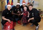 Cầu thủ Anh thăm các bệnh nhân nhỏ