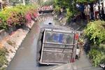 Xe tải mất lái 'cắm đầu' xuống kênh nước
