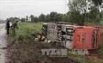 Lật xe ô tô, 5 người thoát nạn
