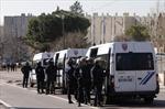 Tay súng bịt mặt xả đạn AK vào cảnh sát Pháp