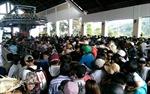 Hàng ngàn du khách chen nhau đi cáp treo Núi Cấm